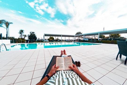 relax-bordo-piscina-leggere-soggiorno-gaeta-formia-golfo-estate-ristorante-