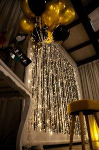 allestimenti-compleanno-luci-effettoluminoso-angolo-foto-photobooth-salone-palloncini-nerooro